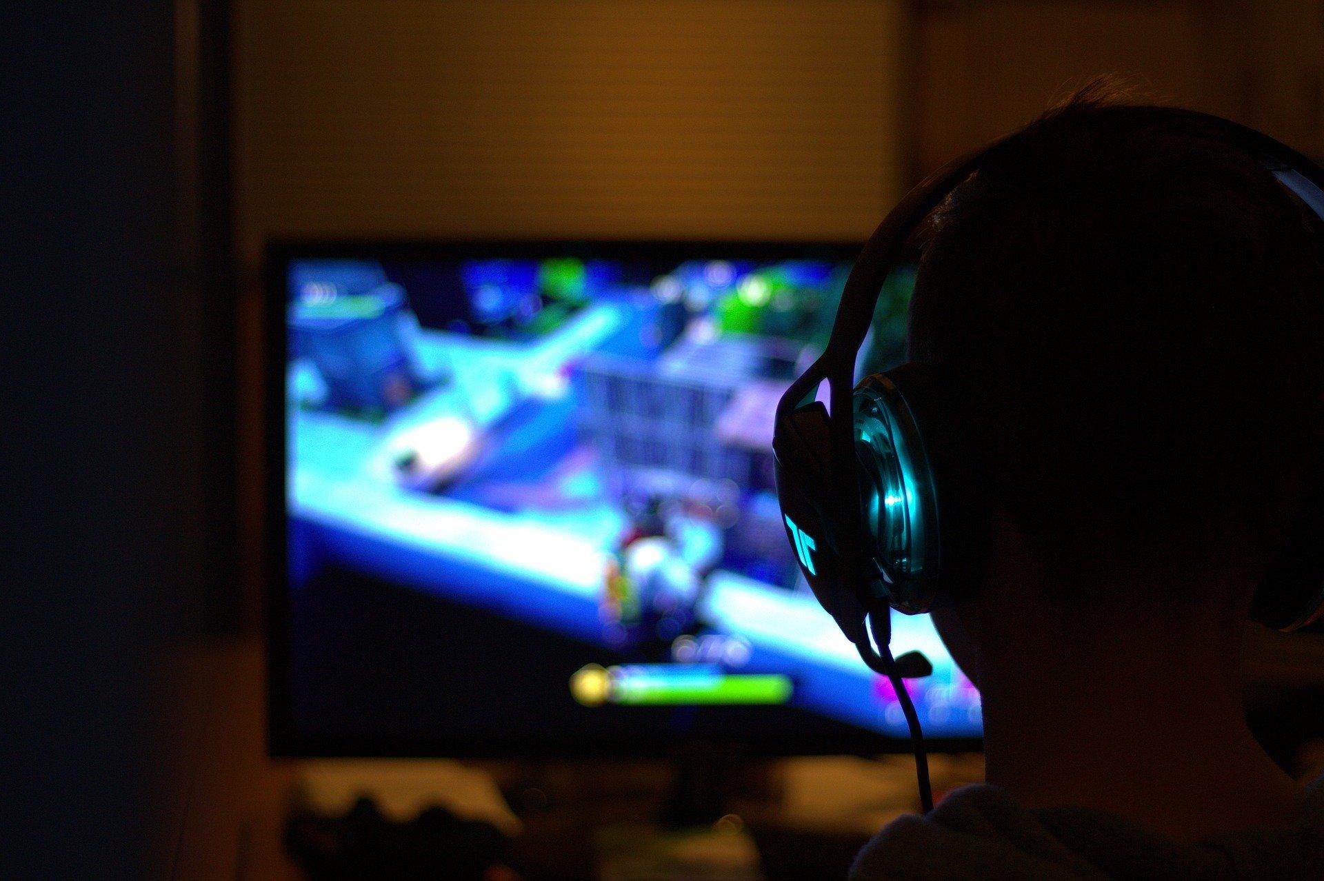 Gamer ved skærm