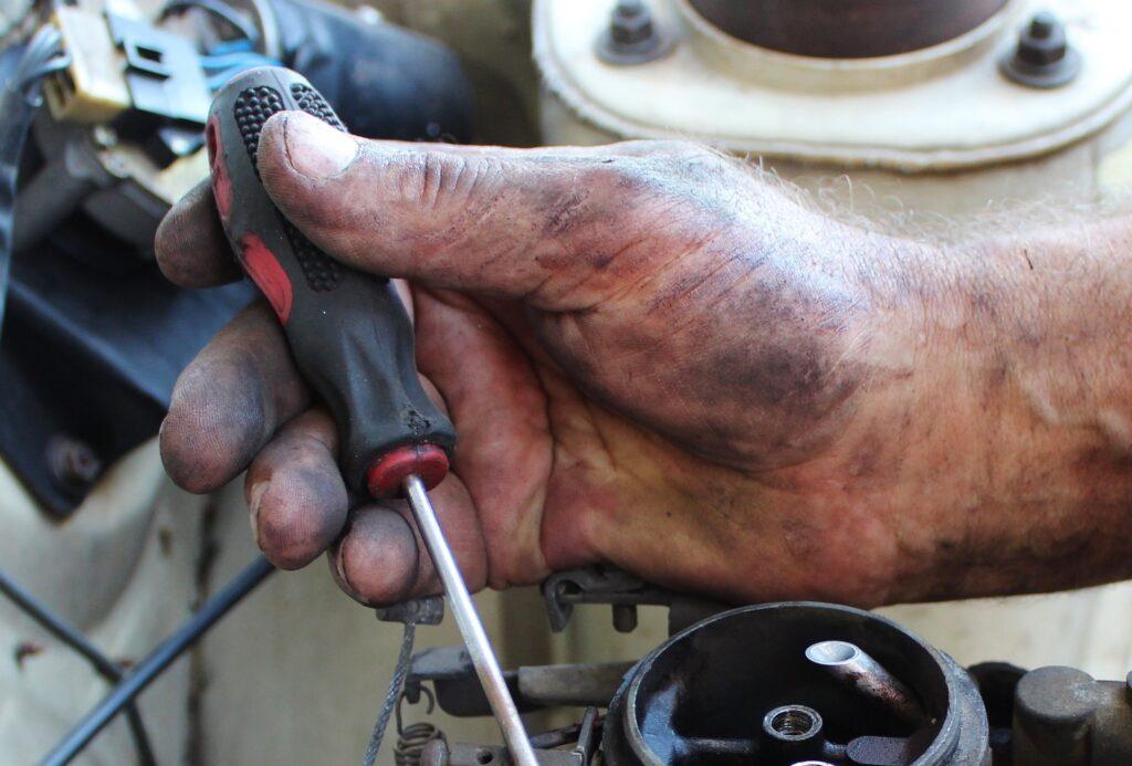 Hånd ved bilmotor
