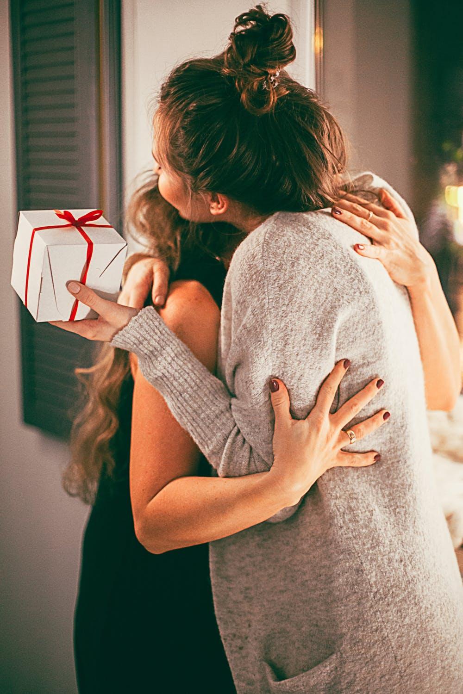 kvinder giver gave