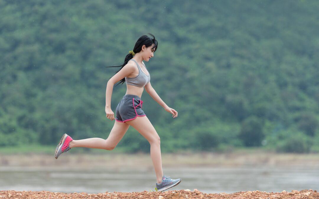 Dyrk sport udenfor i solskinsvejr